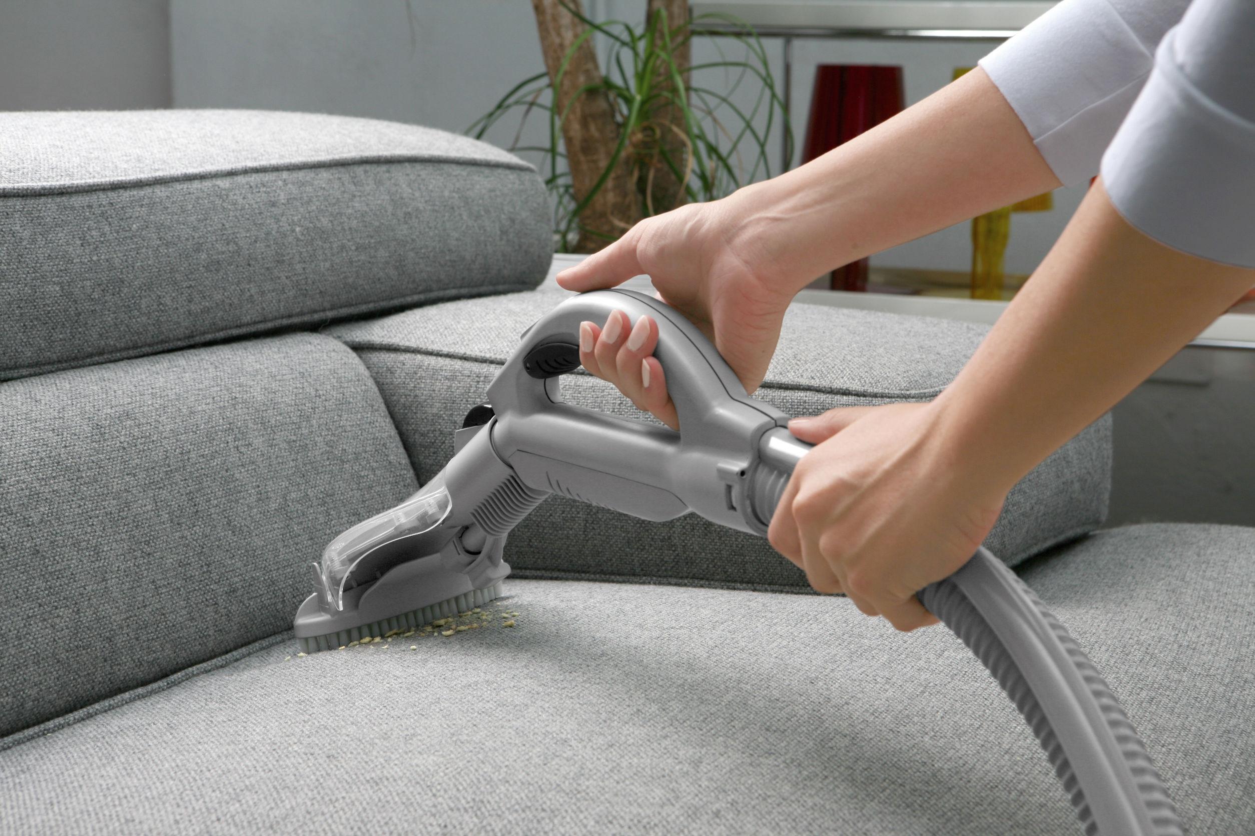 Как чистить мягкую мебель с использованием подручных средств