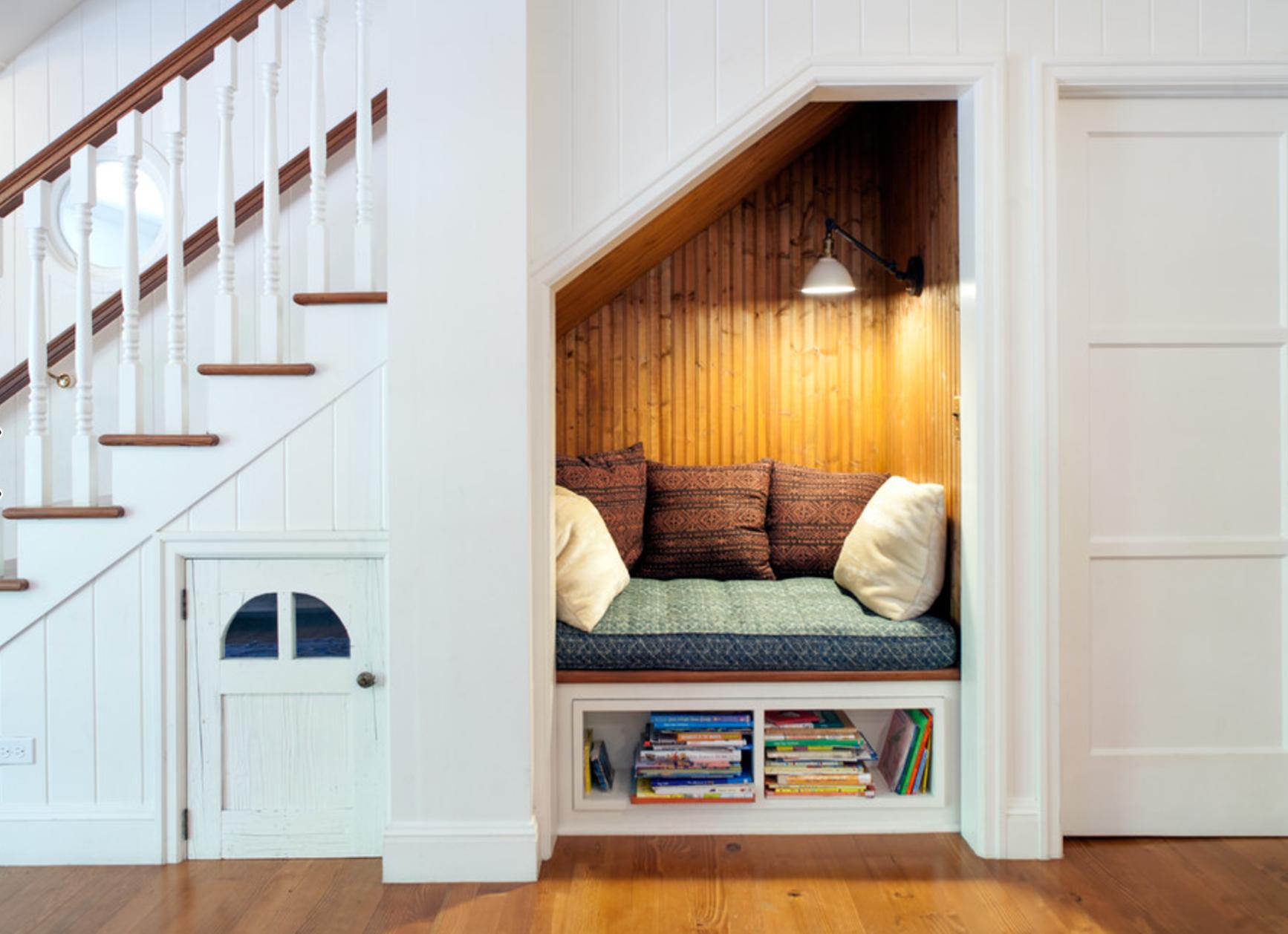Экономия пространства: гардероб под лестницей