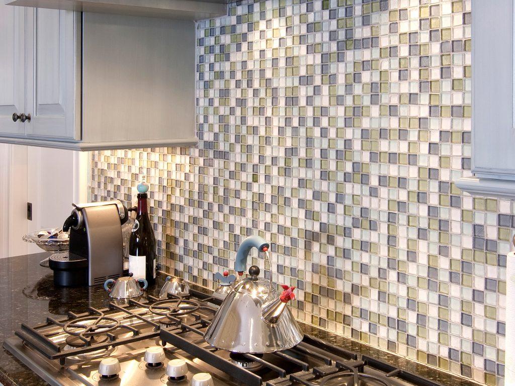 Использование мозаичных плит в интерьере кухни