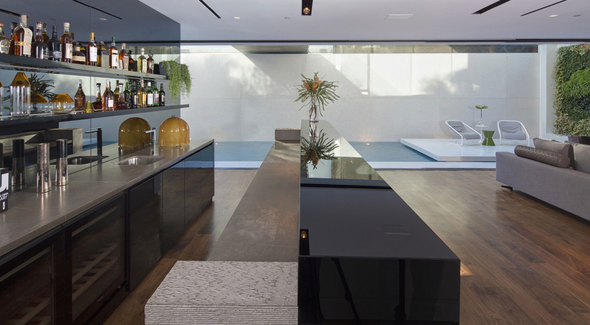 Жить в Голливуде: фотообзор стеклянного дома с видом на Лос-Анджелес