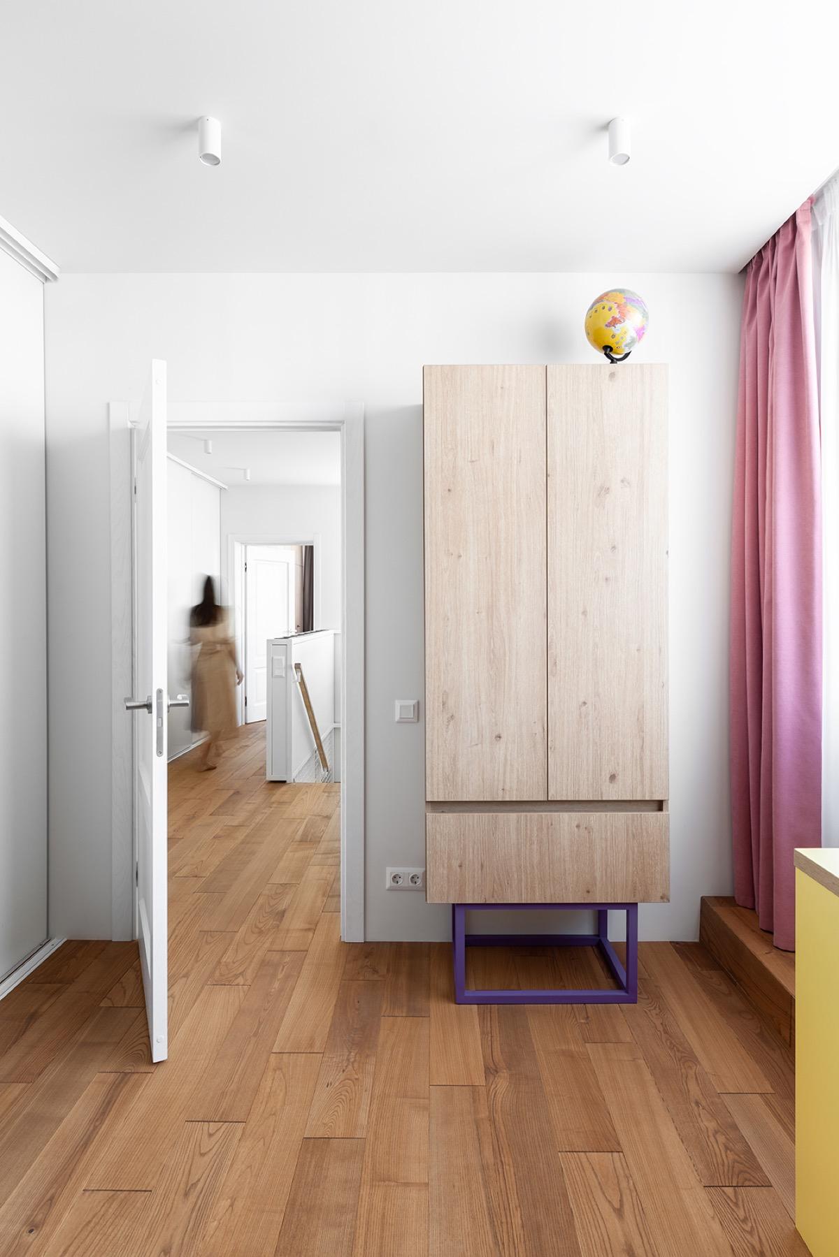 Семейный дом с пространством для бега и игр: фотообзор