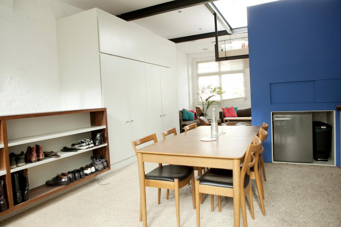Лондонская квартира с подвесной кроватью: фото-идеи для экономии места