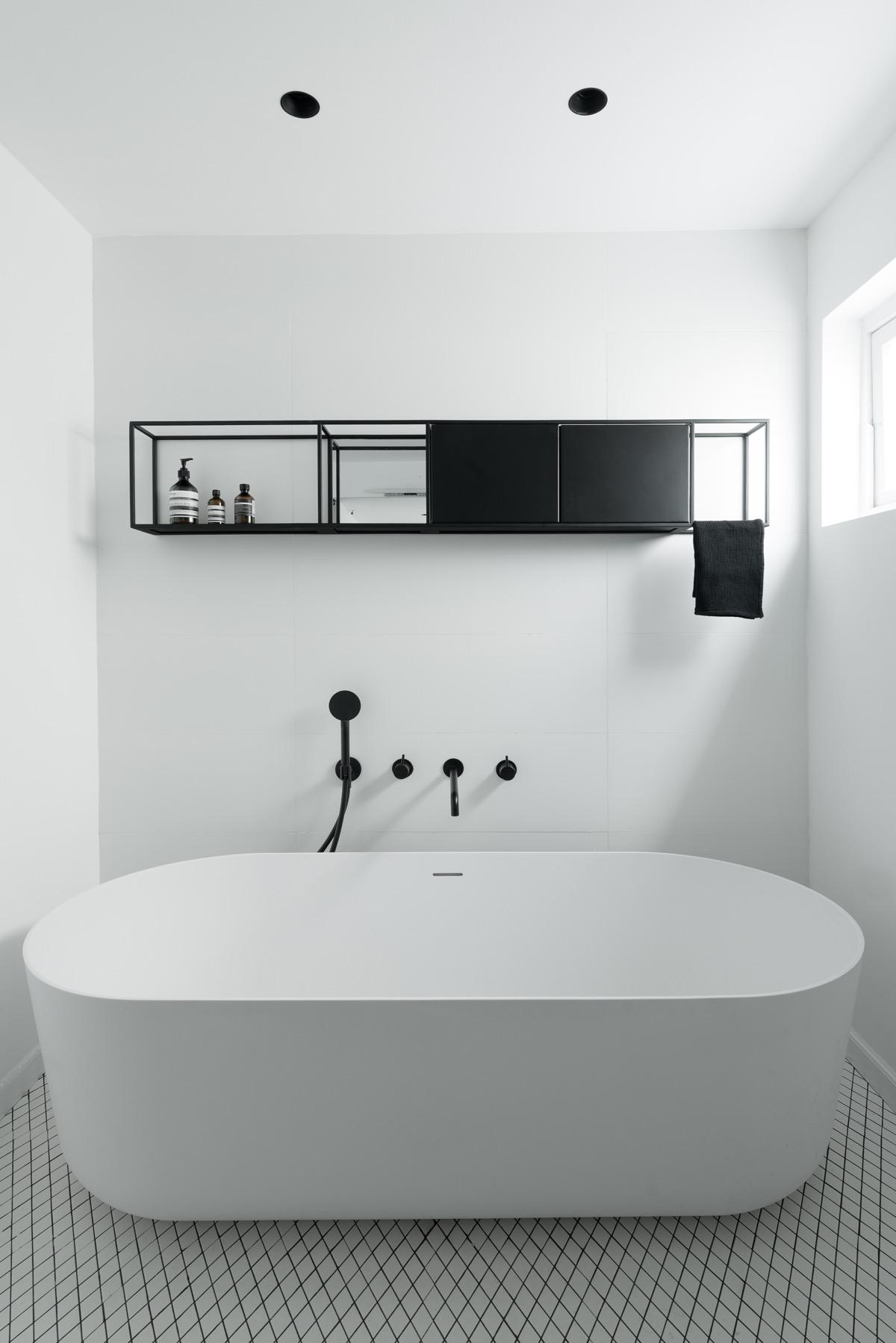Дом в стиле Баухауз с внутренними стеклянными стенами: фотообзор