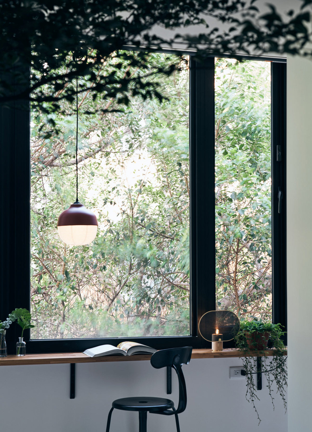 Светлая квартира с деревянными акцентами и зелеными растениями: фотообзор