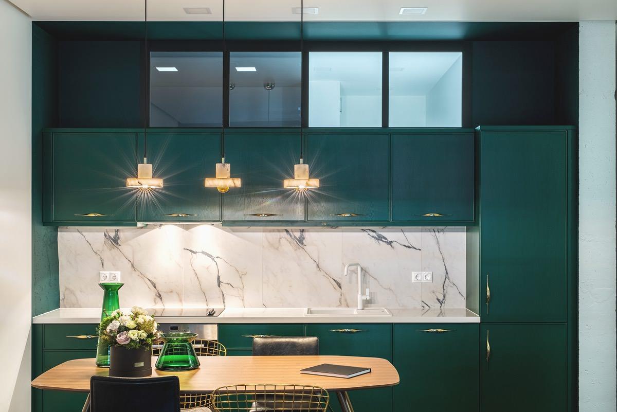 Зелено-золотой интерьер с эклектичной атмосферой: Фотообзор