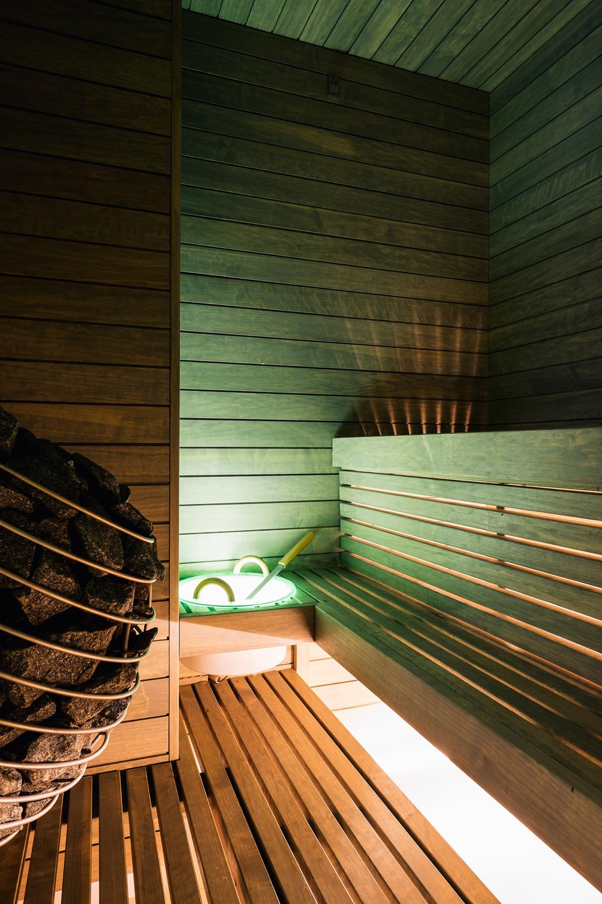 Кораллово-зеленый декор в светлом минималистском пространстве: Фотообзор