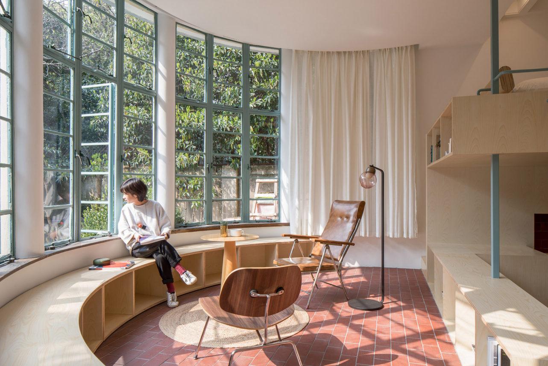 Оригинальная студия с полукруглым панорамным окном в Шанхае: Фотообзор