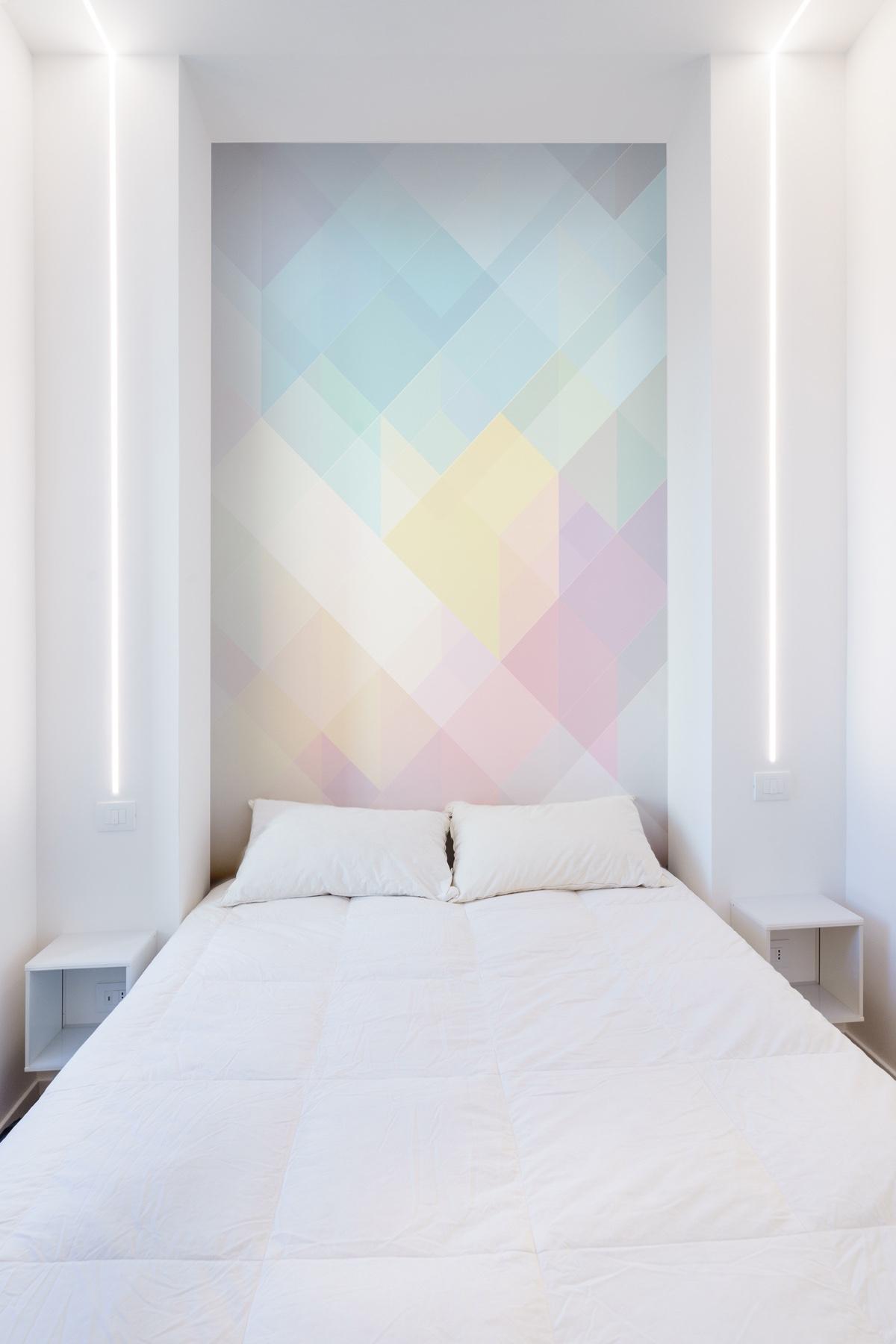 Компактный тематический интерьер со стеной-радугой: Фотообзор