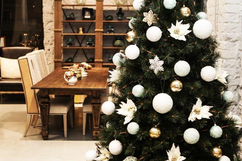 Модные елки: 5 актуальных трендов в новогодних украшениях