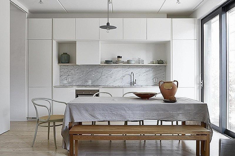 Куда спрятать холодильник? 5 идей, как сделать его незаменимой частью интерьера
