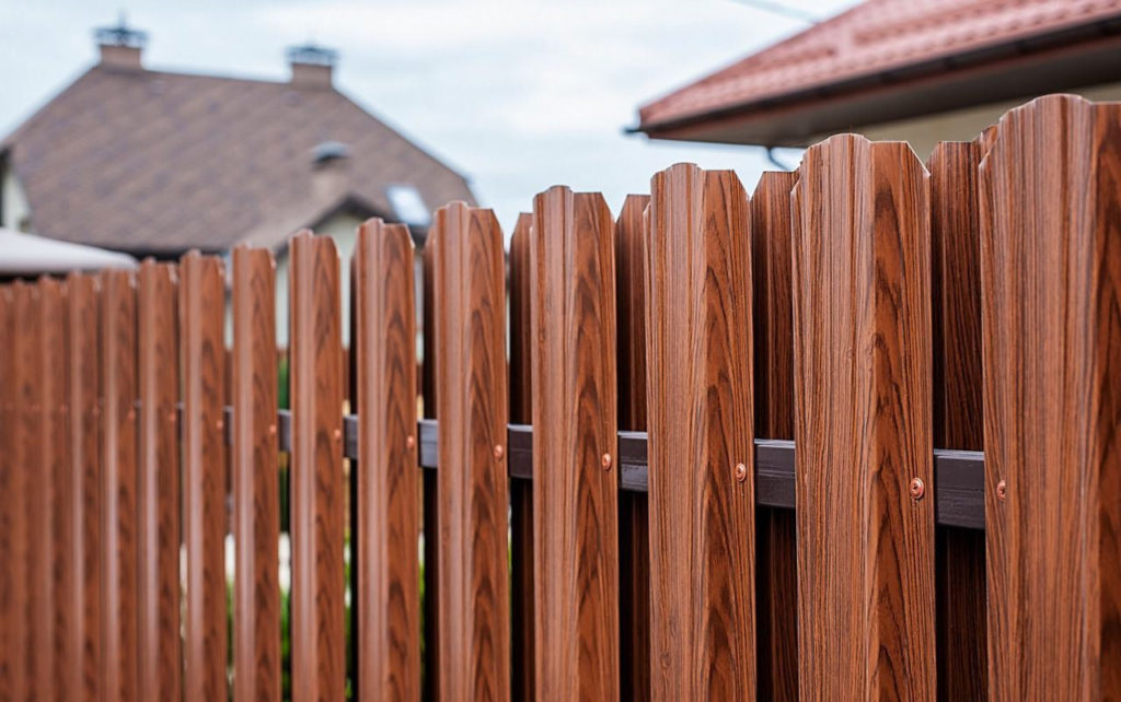 Почему стоит ставить забор из металлического штакетника Saratov-metallprofil.ru/katalog/zabor?